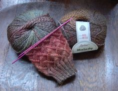 Socks of Kindness: free knitting pattern: interesting texture for a sweater, scarf, or purse. Knitting Wool, Double Knitting, Knitting Socks, Knitting Stitches, Knitting Needles, Free Knitting, Knitting Machine, Knitting Daily, Crochet Socks