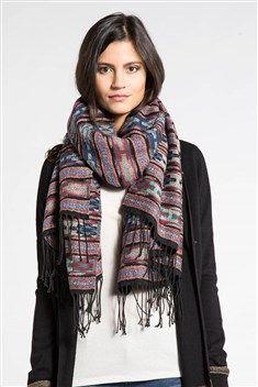 25035988fe24 Adoptez un look folk et authentique avec ce foulard très chaleureux qui va  donner beaucoup de