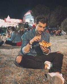 Un festival sin comer nachos en el suelo no es un festival.     Aún quedan entradas de día para el @sansanfestival en #benicassim.  Hoy @lorimeyersband @despistaos y @varrybrava entre otros! Entra en la web de @stubhubes para más info