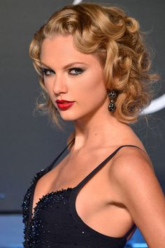 Taylor Swift attends the 2013 MTV VMAs at the Barclays Center on Aug. in Brooklyn, N. from Taylor Swift Short Straight Hair, Short Curly Hair, Curly Hair Styles, Medium Curly, Short Blonde, Curly Blonde, Curly Bob, Vintage Hairstyles, Cool Hairstyles