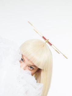 Kyō by Katerina Reich, Gold plated brass, Perspex, photo Eliška Kyselková / MUA, model Kateřina Koki9 Mlejnková / dress ODIVI - Sobje