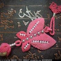 中国结编织制作的粉蝶戏珠小挂件 Beaded Necklace Patterns, Macrame Necklace, Macrame Jewelry, Beaded Bracelets, Diy And Crafts, Arts And Crafts, Knot Braid, Board Decoration, Macrame Tutorial