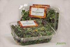 """El Micromezclum Premium es nuestra mezcla más completa. Infinidad de sabores en un mismo producto, herbáceos, picantes, dulces, amargos, etc. en un mismo producto. Es extremadamente versátil, puedes utilizarlo como un pequeño """"bouquet"""" siendo el remate ideal para dar personalidad a tus creaciones, tanto estéticamente como por su sabor. Chefs, Kale, Container, Food, Salads, Dishes, Sweets, Red Cabbage, Edible Flowers"""