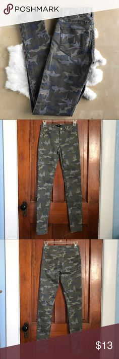 H&M Camo Print Skinny Jeans H&M camouflage skinny jeans with gold hardware. These jeans are a size 4 and made of 70% Cotton, 27% Polyester, and 3% Elastane. These jeans were only worn once , and were well cared for❤️ H&M Jeans Skinny