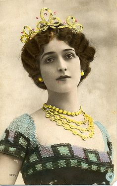 A diamond and ruby bow tiara, with ruby accents, worn by Italian Opera singer, Lina Cavalieri. Piero Fornasetti, Opera Singers, Photo Postcards, Old Photos, Antique Photos, Vintage Pictures, Vintage Beauty, Vintage Photography, Marie