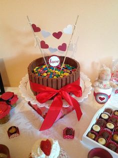 ScrapBi: Dia dos Namorados - Festinha da Aline Bueno Food Cakes, Birthday Surprise For Husband, Surprises For Husband, Diy Y Manualidades, Diy Gifts For Boyfriend, Small Cake, Love Cake, Birthday Balloons, Mini Cakes