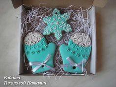 Сувенирные расписные пряники. Торты на заказ. Christmas Cookie Icing, Christmas Biscuits, Cut Out Cookies, Holiday Cookies, Christmas Treats, Christmas Baking, Gingerbread Decorations, Gingerbread Cookies, Cookie Packaging