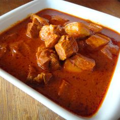 This traditional Goan pork vindaloo dish flavored with chilies, garlic and vinegar is spicy and tangy all at the same time. This dish will leave your tastebuds tingling for more. Goan Recipes, Spicy Recipes, Indian Food Recipes, Cooking Recipes, Ethnic Recipes, Vindaloo Recipes, Appetiser Recipes, Wing Recipes, Simple Recipes