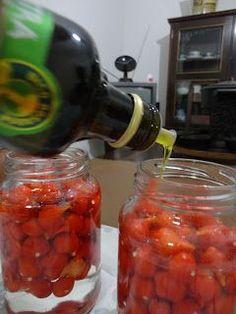 Oi gente, tudo certo? Sabadão animado?? Hoje vou mostrar pra vocês como fazer Conserva de Pimenta! Meu sogro tem o costume de comer mu...
