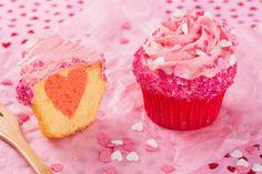 Een echte Valentijns #cupcake voor jouw geliefde met als verrassing een #hartje in het midden... #valentijnsdag #liefde