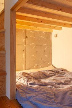 下にある寝室は、めいっぱいのベッド。カプセルホテルのような籠り感がいい感じ。ちょっとした階段下収納もあって、絵本を置いたり。スマホを置いたり。    #G様邸新御徒町 #ロフト #ロフトアイデア #寝室 #ベッド #ベッドルーム #階段 #収納 #階段下収納 #狭小住宅 #インテリア #EcoDeco #エコデコ #リノベーション #renovation #東京 #福岡 #福岡リノベーション #福岡設計事務所 1200 Sq Ft House, Two Bedroom, Open Floor, House Plans, Loft, Flooring, Pure Products, Furniture, Home Decor