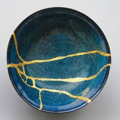 """By repairing broken ceramics it's possible to give a new lease of life to pottery that becomes even more refined thanks to its """"scars"""". The Japanese art of kintsugi teaches that broken objects are not something to hide but to display with pride. Kintsugi, Japanese Pottery, Japanese Art, Japanese Ceramics, Wabi Sabi, Prayer Chain, Keramik Design, Renaissance, Desenho Tattoo"""