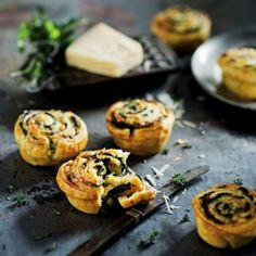 Keep things old-school and serve your guests these mouth-watering spinach and ricotta tartlets. Duble the recipe if you are serving more people. Spinach Ricotta, Spinach And Cheese, Fritters, Clean Eating Snacks, Tray Bakes, Cooking Time, Appetizers, Stuffed Peppers, Baking