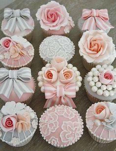 Sierlijke cupcakes! Leuk voor het dessertbuffet op een huwelijksfeest #fancycupcakes