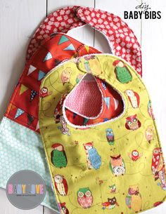 Sewing Tutorials Free - We are continuing our Baby Love series with this fabulous DIY Baby bibs sewing tutorial. Terry cloth on the back for comfort and cotton print of the front. Diy Baby Bibs Tutorial, Diy Baby Bibs Pattern, Baby Bibs Patterns, Free Pattern, Diy Tutorial, Bandana Bib Pattern, Sewing Patterns, Tutorial Sewing, Baby Sewing Projects