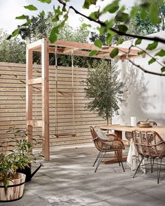 Private terrace with Holzschaukel, Terrasse mit Kind, Privatgarten mit Kind, Stadtgarten mit Kind, Ideen small Diy Pergola, Pergola Swing, Pergola Plans, Pergola Roof, Small Pergola, Modern Pergola, Modern Backyard, Cheap Pergola, Outdoor Pergola