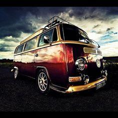 VW VAN To make that van look that pretty, it has to be filed under ART. Volkswagen Transporter, Vw Campervan Hire, Vw T1 Camper, Vw Bus T2, Volkswagen Bus, Volkswagen Beetles, Carros Retro, Combi Vw, Amazing Cars