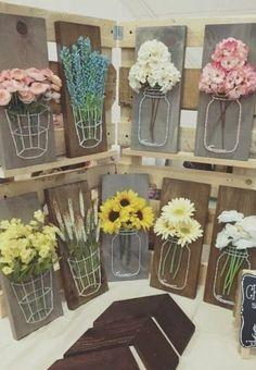 decoration florale des planches en bois, composition florale avec des fleurs fraîches, idée activite manuelle pour le printemps