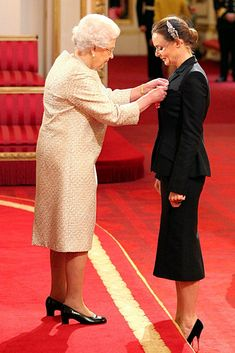 Designer (and daughter of Beatle Paul) Stella McCartney receives the Officer of the British Empire OBE from Queen Elizabeth II, Buckingham Palace London Paul And Linda Mccartney, Stella Mccartney, Victoria Pendleton, Photo Souvenir, Les Beatles, Sir Paul, Save The Queen, Pictures Of The Week, Ringo Starr