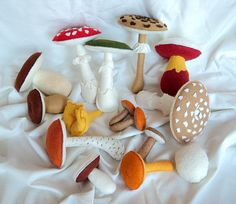 Výuková pomůcka - jedlé a jedovaté houby Ručně šité houby z dekorační plsti, plněné dutým vláknem. Didaktická pomůcka, dekorace. Sada obsahuje: muchomůrka červená muchomůrka zelená muchomůrka tygrovaná bedla vysoká hřib satan hřb dubový ( 2 kusy) liška obecná křemenáč osikový václavky ( 3 kusy) žampion klouzek sličný pýchavka Výška hub : 5,5 - 14 cm. Cena ...