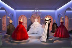 En mars 1945, Christian Dior est témoin de cet événement historique. Travaillant alors pour le couturier Lucien Lelong -qui est à l'origine ...