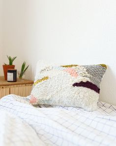Woven pillow by Julie Robert Art Textile, Textile Design, Julie Robert, Oversized Throw Pillows, Decoration, Creations, Diy Projects, Textiles, Bed