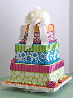 Billede fra http://www.thebakerskitchen.net/productimages/cakedecorating/fondant_tools/satin_ice_tired_cake.jpg.