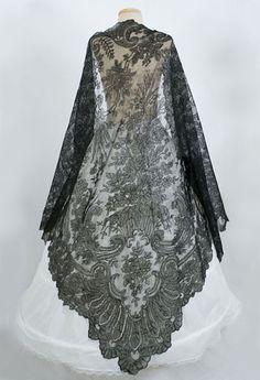 Antique lace at Vintage Textile: #7073 Chantilly lace shawl