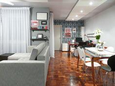 Integrar sala de estar, jantar, escritório e cozinha em um só ambiente não é fácil. Neste espaço, de 42 m², projetado pela arquiteta Thais Lenzi Bressiani, um dos desafios foi zonear bem cada área, para que as funções não se misturassem. Para isso, ela procurou harmonizar os materiais e acabamentos, trabalhando sempre as cores cinza, azul e vermelho.