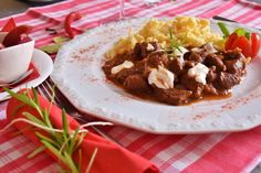 American goulash is a special dish that contains bell pepper, onion and meat. The dish is easy to cook but to know how to improve the taste of this food, it is best to look at the best American goulash recipes. Carne Adobada, Czech Recipes, Ethnic Recipes, Eastern European Recipes, Goulash Recipes, Hungarian Recipes, Hungarian Food, Tasty Dishes, Food Videos