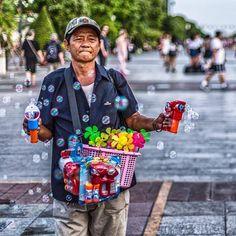 xotoursMr. Bubbles. Taken by @neilfeatherstonephoto  #saigon #saigonese #hcmc #vietnam #travel #travelgram #travelphotography #citylife #people #streetlife #streetvendor #instagood #instamoment #picoftheday #wanderlust