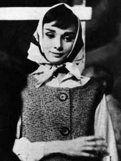 Audrey Hepburn photographed on the set of Funny Face, 1957 Fred Astaire, Bette Davis, Golden Age Of Hollywood, Old Hollywood, Hollywood Actresses, Audrey Hepburn Old, Tiffany Costume, Head Scarf Styles, Breakfast At Tiffanys