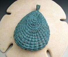 Ce pendentif de coquille de palourde stylisé belle a un magnifique cuivre vert…
