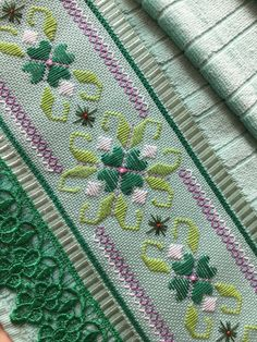 Jogo de toalha lavabo e rosto – (uma unidade de cada ) aveludada marca Dohler bo… Set of washcloth and face towel – (one unit each) Dohler brand velvety hand embroidered with guipir lace finish Swedish Embroidery, Hardanger Embroidery, Embroidery Stitches, Embroidery Patterns, Knot Blanket, Blanket Stitch, Hand Embroidery Flowers, Silk Ribbon Embroidery, Broderie Bargello