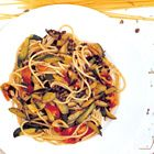 Spaghetti met courgette en kappertjes van The River Cafe ingrediënten 400 g courgette 250 g tomaten 3 eetlepels kappertjes, afgespoeld 2 gedroogde chilipepers, verkruimeld 4 theelepels gedroogde oregano 2 teentjes knoflook, fijngehakt olijfolie 2 eetlepels wittewijnazijn 320 g spaghetti 4 theelepels oreganoblaadjes