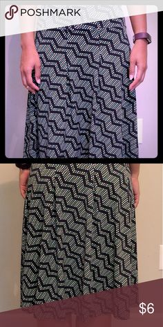 Merona skirt Merona skirt size xsmall. Skirt is polyester and spandex, there is a small amount of pilling around the bottom of the skirt it is barely noticeable. Merona Skirts Midi
