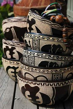 African Style 704813410411834737 - deco africaine, poterie africaine, table en bois Source by mvndzie African Crafts, African Home Decor, African Interior Design, African Design, Ethno Design, African Theme, African Room, African House, African Quilts
