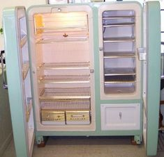 Retro old refrigerator Kitchen Retro, Vintage Kitchen Appliances, Old Kitchen, Kitchen Ideas, Copper Appliances, Retro Kitchens, White Appliances, Electrical Appliances, Dream Kitchens