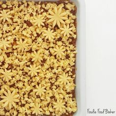 Birkaç tane çiçek neler yapıyor görüyorsunuz değilmi  Elmalı Kurabiye Hamuru  250 gr Tereyağı (Oda sıcaklığında yumuşak) 1 kahve fincanı sıvı yağ 2 yemek kaşığı yoğurt ( 1/2 çay bardağından biraz fazla) 1 orta boy yumurta (M) 1 yemek kaşığı elma sirkesi 1 paket vanilya 1/2 paket kabartma tozu  500 gr un  Elmalı İç Harç  4-5 adet elma  2 dolu çay kaşığı tarçın Toz şeker Ceviz Üzüm  Üzeri için pudra şekeri  Önce elmalı iç harcı hazırlayın..Elmaların kabuklarını soyup çekirdeklerini çıkarıp…