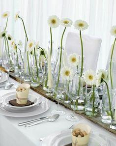 Tischdekoration mit unterschiedlichen Vasenhöhen und weißen Gerbera – white, green and brown wedding table centerpiece with daisies – http://www.weddingstyle.de