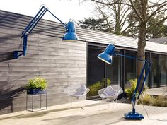 New from British brand Anglepoise: Two giant outdoor versions of its iconic desk lamp. Why so big? The first giant Anglepoise—the Original thre Outdoor Floor Lamps, Outdoor Flooring, Outdoor Walls, Outdoor Lighting, Outdoor Spaces, Outdoor Decor, Outdoor Dining, Indoor Outdoor, Ballon Lampe