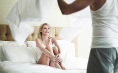 """Người phụ nữ thông minh sẽ """"làm ngơ"""" 7 điều này khi ái ân   Và đối với cánh mày râu việc ái ân là để thỏa mãn cảm xúc về nhau. Do đó bạn hãy chứng tỏ cho chàng thấy mình là người phụ nữ thông minh tinh ý bằng việc """"làm ngơ"""" trước 7 vấn đề khiến chàng """"mất hứng"""".  1. Gương mặt khó coi của chàng  Lý do chàng hay vùi đầu vào cổ bạn mỗi khi đạt cực khoái là bởi vì trong những lúc đó khuôn mặt chàng nhìn như đang cắn phải một trái chanh chua nhìn cực kì khó coi. Nên lỡ bạn có trông thấy thì cũng…"""