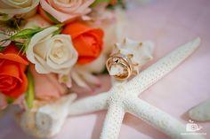 Карибский пляж🌴 - уникальное место для проведения свадьбы. Это одно из самых красивых мест в мире. Бежевые ракушки со светло-коричневыми отливами, нежно-розовые цветы🌺, и конечно же обручальные кольца. Кольца верности, любви и силы. Они как никогда подойдут для этой невероятной атмосферы💍 #розовый #ракушка #букет #свадебныйбукет #свадебныйекольца