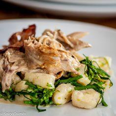 Trhaná králičí pečeně s ricottovými nočky - Spicy Crumbs Ricotta, Spicy, Meat, Chicken, Ethnic Recipes, Kitchen, Food, Cooking, Kitchens