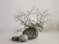 This ikebana flower arrangement embodies the simplicity of nature and the very start of appreciating the constant change from youth to decay in the wabi-sabi aesthetic. Ikebana Arrangements, Ikebana Flower Arrangement, Modern Flower Arrangements, Arte Floral, Deco Floral, Japanese Flowers, Japanese Art, Flower Show, Flower Art