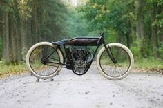 that's a 1915 Indian 8 Valve boardtrack racer. I want an old bike!