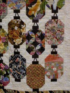 Japanese Lanterns by jlapac.like the hangers Japanese Quilt Patterns, Japanese Fabric, Chinese Fabric, Asian Fabric, Quilting Projects, Quilting Designs, Quilting Ideas, Embroidery Designs, Asian Quilts