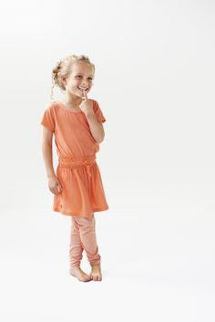 Heerlijk zomers meisjesjurkje in de kleur summer peach! www.littlelabel.nl