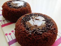 Muffinlerimizi sıradan kakaolu keklerden ayıran şey ortasındaki krem çikolatası ve görselliği. Bunun için tabanı hafif bombeli muffin kaplarına ihtiyacınız var … Continue Reading → Muffin, Cheesecake, Breakfast, Food, Cupcake, Morning Coffee, Cheesecakes, Essen, Cupcakes