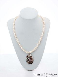 Colier perle Albe si Camee    Colier realizat din perle albe de 7-8 mm, calitatea AA, cu un pandantiv camee realizat din sidef sculptat. Fiecare colier este diferit datorita faptului ca pandantivul este unicat. Lungimea colierului este la cerere intre 41 si 47 cm.Detalii: http://cadourisiperle.ro/produse/colectia-business/colier-perle-albe-si-camee